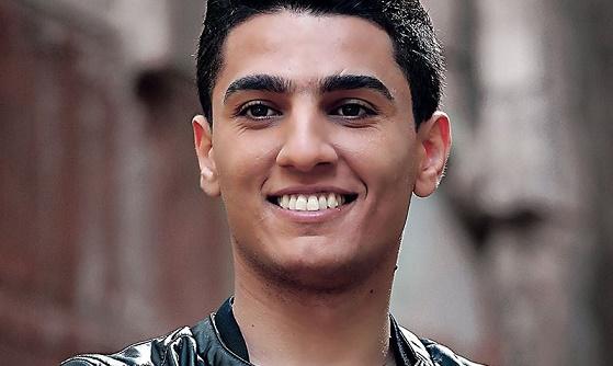 """صورة محمد عساف يغني من روائع محمود درويش """" على هذه الأرض """""""