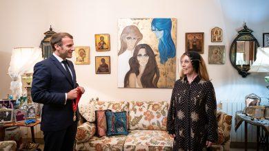 صورة الرئيس الفرنسي ماكرون يزور السيدة فيروز في بيتها